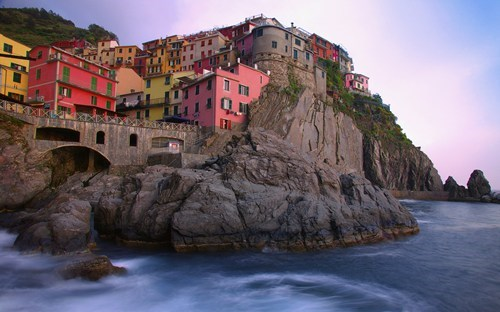 Wallpaper of the Day: Cliff-side Town, Italy