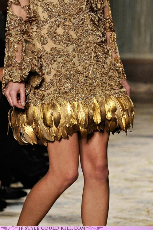 cool accessories,feathers,gold,marchesa,runway