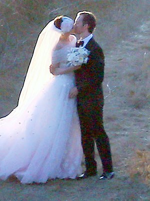 Pretty Anne Hathaway Got Pretty Married!