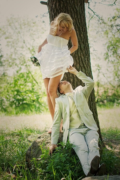 peeking,wedding dresses,wedding photos
