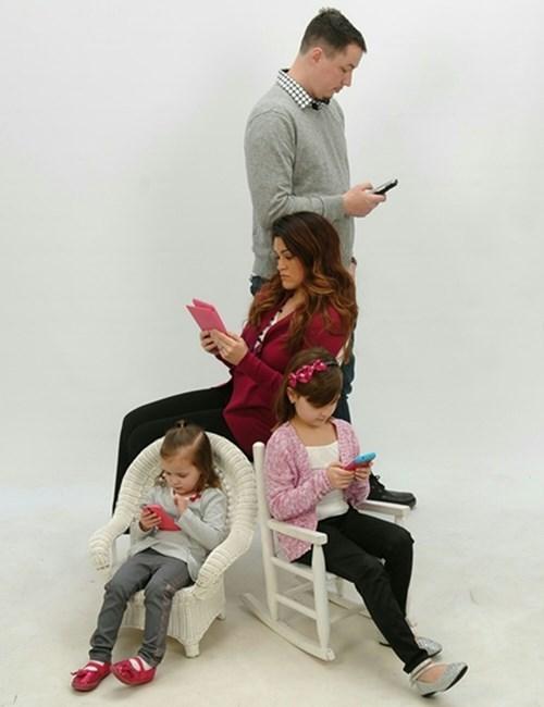 phone,family photo,parenting