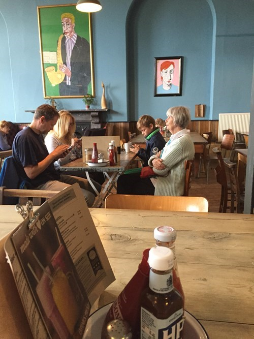 funny-family-pic-restaurant-phones