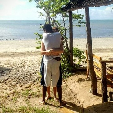People Aren't Sure Who Is Hugging Who in This Optical Illusion Picture of Friendship