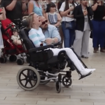 This Man Got a Flashmob Together to Sing to His Wife on Their 10th Anniversary