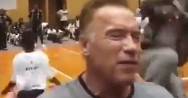 Video Arnold Schwarzenegger Takes Absolutely Brutal Flying Dropkick To The Back